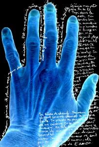 Hand to Hand, extrait de « Kovalam Beach » (Chrystel Egal, Actes Sud, 1998, Paris). Je plante mes yeux dans le miroir. Est-ce que je suis sûre de m'aimer ? Est-ce que l'on naît avec le grand frisson ou est-ce qu'il vient en vivant ? Cinquième étage. Merde ! Je m'écorche la main dans la grille. Jérémie, mon petit frère, tu es là. Tapi dans le noir.
